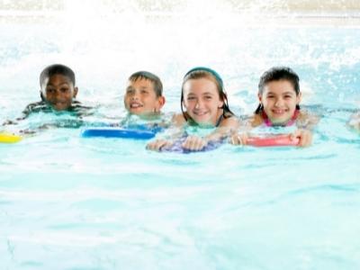 kids in swim lesson